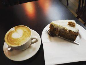 Koffie met worteltaart